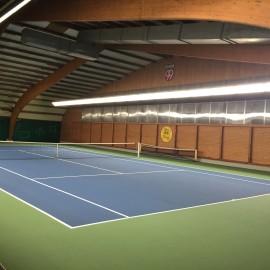 Tennishalle erstrahlt mit einer neuen modernen LED-Beleuchtung